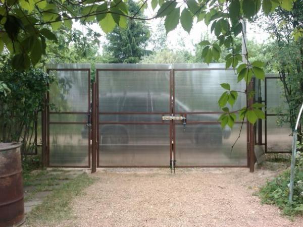Забор из полупрозрачного полимера