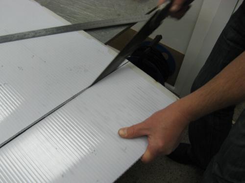 Разрезайте поликарбонат аккуратно
