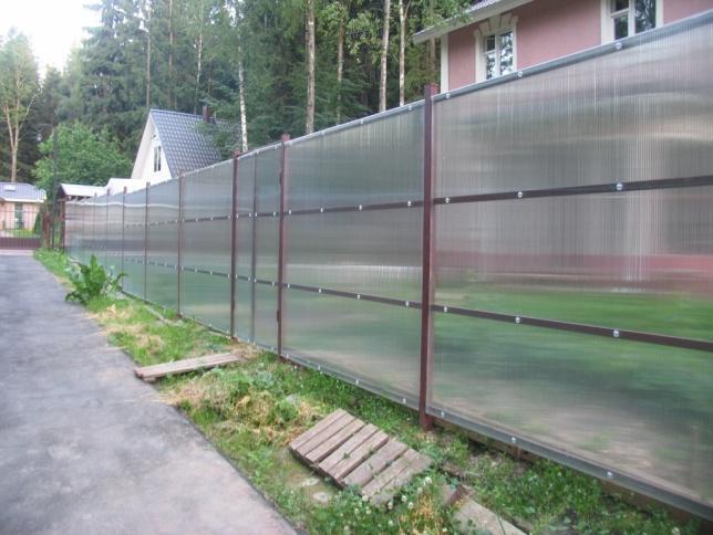 Забор из непрозрачных поликарбонатных листов
