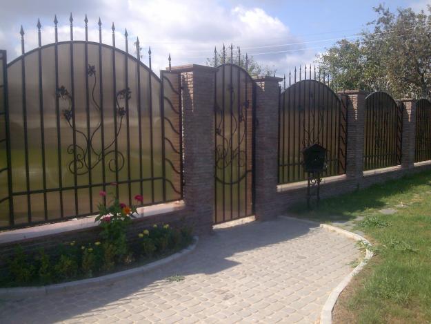 Забор из непрозрачных полимерных листов