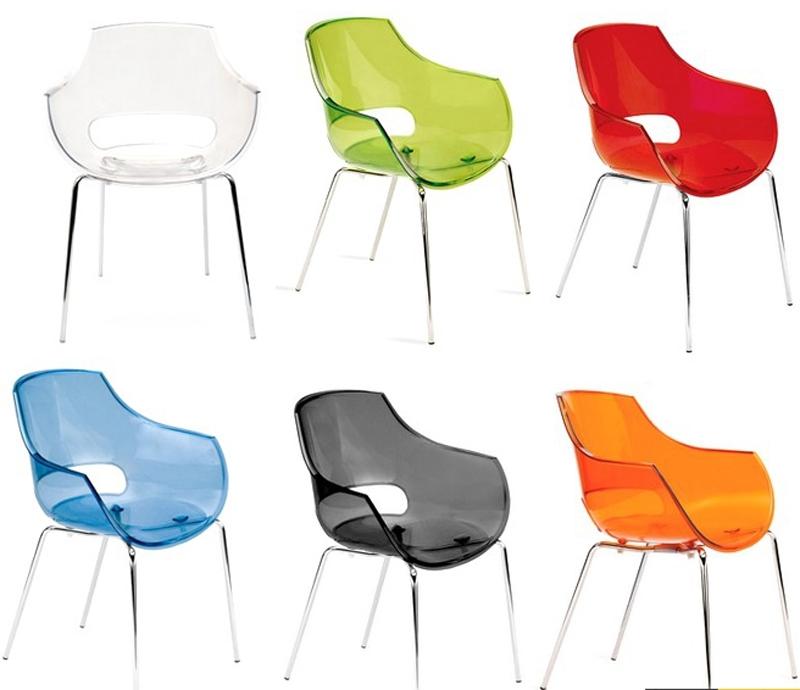 Разноцветные стулья из поликарбоната