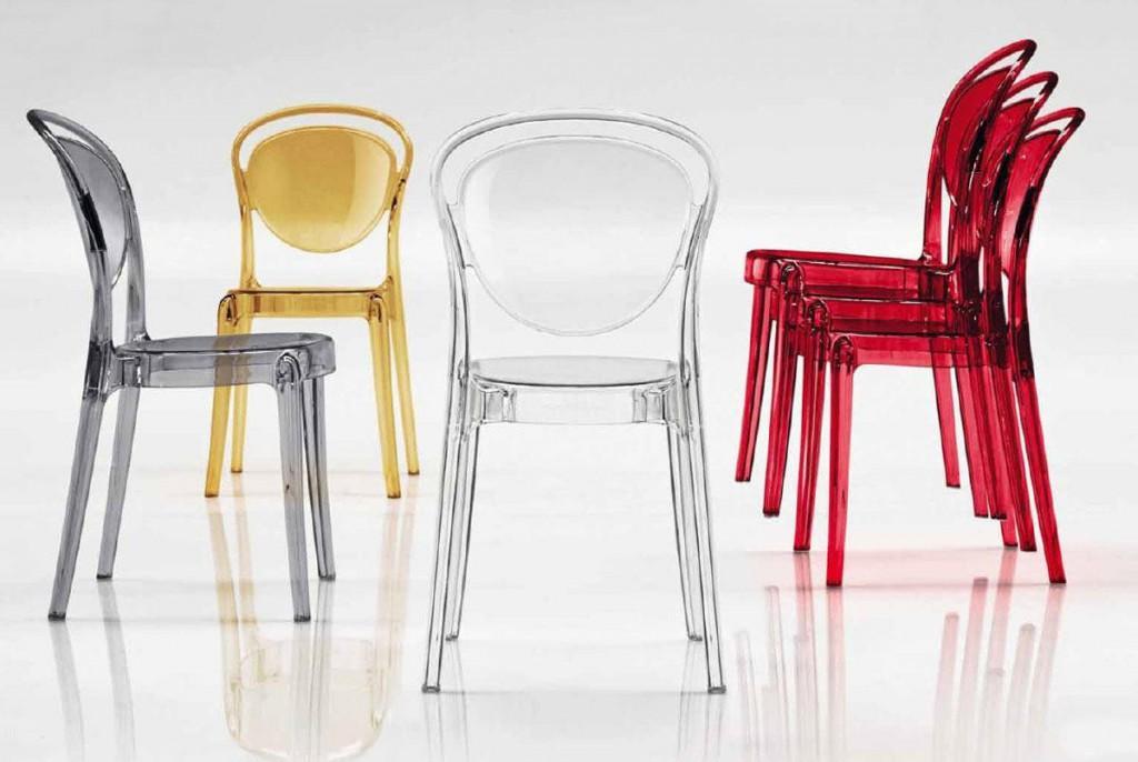 Разноцветные стулья из полимера