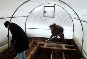 Перекапывание земли в поликарбонатной теплице
