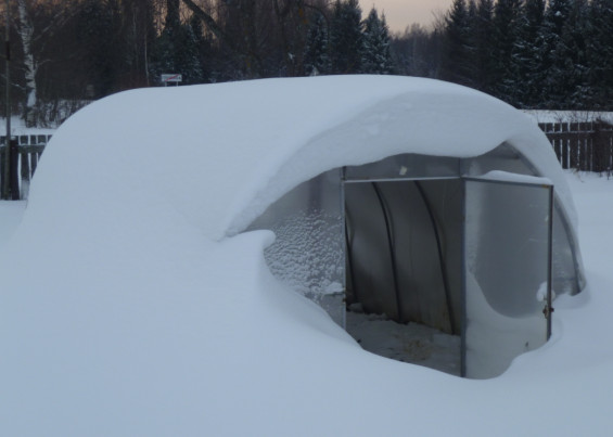 Ухаживаем за полимерной теплицей зимой
