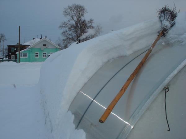 Аккуратно сметаем снег с полимерной теплицы