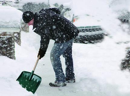 Чистка снега возле теплицы