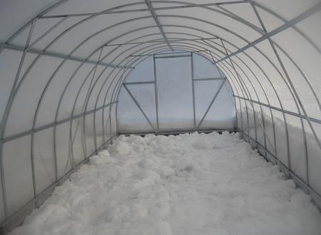 Снег внутри полимерной теплицы