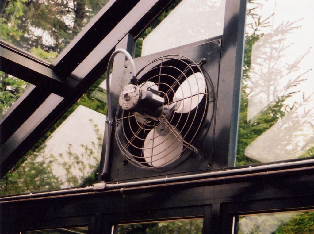 Вентилятор на торце теплицы