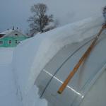Счищаем снег с теплицы зимой