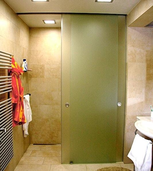 Дверь в ванной из поликарбоната