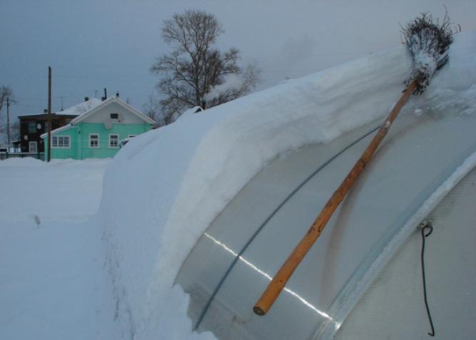 Уборка снега с теплицы