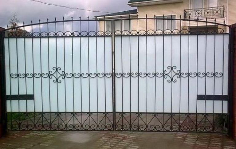 Красивые ворота из металла и поликарбоната