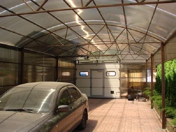 Внутри гаража из поликарбоната